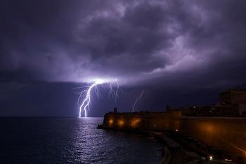 Удар молнии на пляже у Ашкелона: три человека – в критическом состоянии