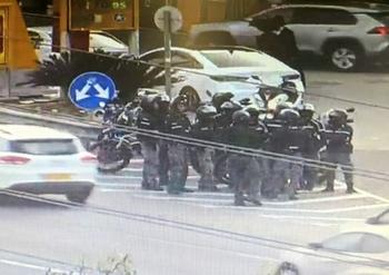 Конная полиция пошла в атаку на ортодоксов, перекрывших шоссе №4