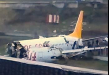 Пассажирский самолет переломился пополам