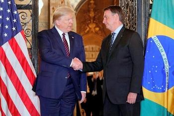 Президент Бразилии заразился коронавирусом, перед этим он жал руку Трампу