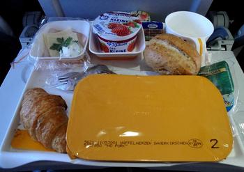 Стюардессы раскрыли способ бесплатно получить больше еды на борту самолета