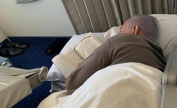 Нетаниягу поймали спящим на полу в самолете