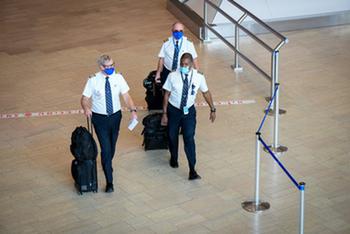 Аэропорт Бен-Гурион: полиция применила силу при транспортировке в общежитие пассажиров из ОАЭ