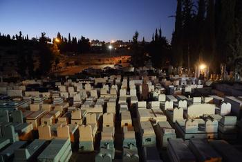 Ортодоксы совершили акт вандализма на могилах павших в Войне за независимость