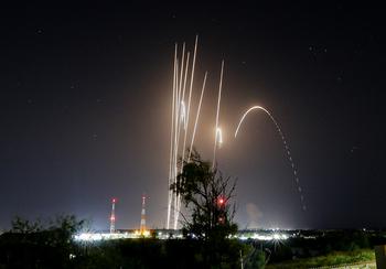 Ночной обстрел Гуш-Дана: ракеты попали в жилые дома в Петах-Тикве и Ришоне
