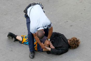 Полиция проводит облавы против неплательщиков налогов: миллионы наличными и 47 джипов